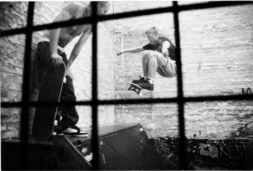 Björn Olofsson kastar ett getöga på Pontus Alvs frontside ollie to smith på Malmös dåvarande skateboardaffär Boards´R Us bakgård. Här samsades Malmös duvor och skatare och heta sessions revs av dagligen på den tighta minin. © Nils Svensson